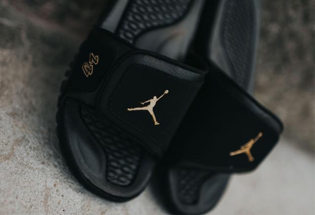 f333dd1648358f Jordan Brand 在今年再度带来Air Jordan 10 City Pack,其中的NYC 纽约市配色将以黑金装扮呈现,此番在凉拖鞋型 Jordan  Hydro 2 Premier 基础上也带来了同款配色。