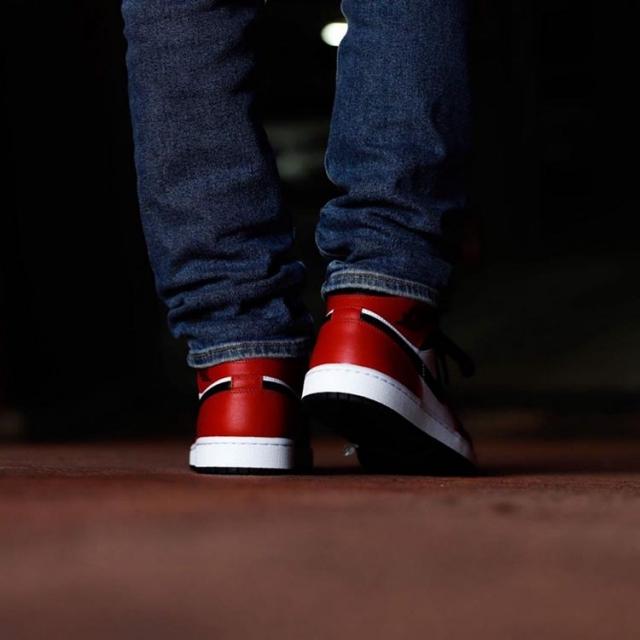 反转黑红 + 芝加哥官网上架!这双 Air Jordan 1 Mid 估计很抢手!
