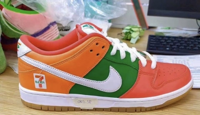 711 便利店 x Nike 联名首次曝光!穿这双鞋绝对够独特!
