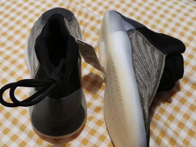 Yeezy 篮球鞋全新配色实物首次曝光!还有满天星效果!