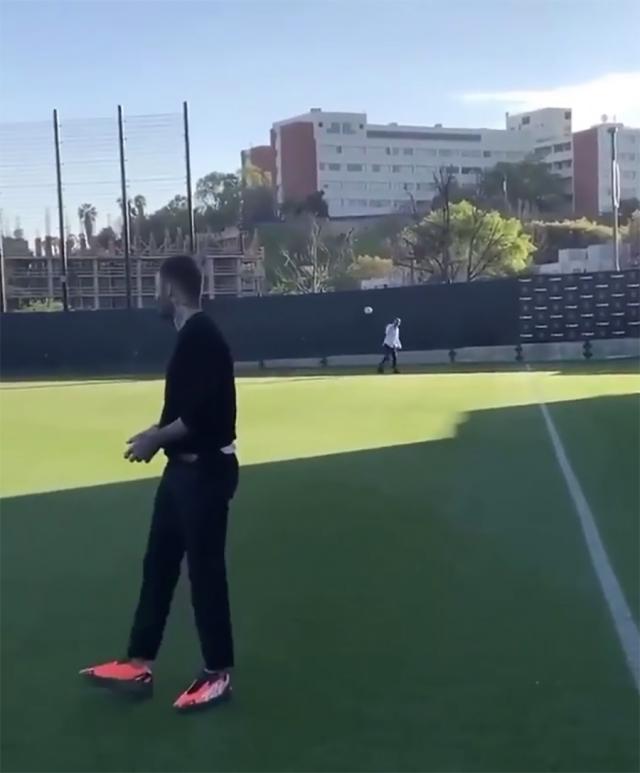 贝克汉姆今天穿了一双 Yeezy,居然还穿它踢球!?