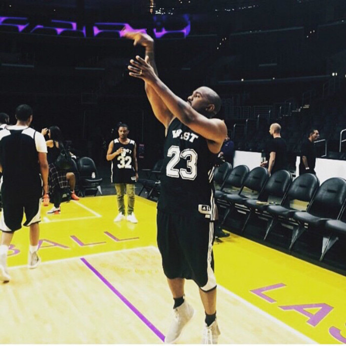 adidas,Yeezy Boost 350 V2  侃爷穿 Yeezy 打篮球!这鞋实战性能高吗?