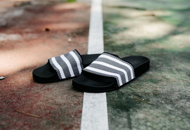 adilette,adidas  编织材质的拖鞋!adidas adilette Knit 黑白双色呈现