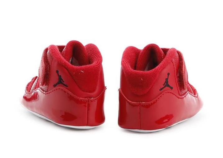 """每年年底都会发售的新款 Air Jordan 11 对球鞋爱好者来说已经成为了盛大的节日,今年早早就曝出的 Air Jordan 11 """"UNC"""" 和 """"Gym Red"""" 自然也吸引了非常多的关注度。   近日这两款配色的婴童版本率先进行发售,配色在原有的基础上没有改变,但小巧玲珑的可爱感觉相信一定勾起了不少人的少女心,就算没有孩子也想买来一双作为装饰!   目前婴童版已在海外指定网站发售,成人款的发售仍要等到年底,其中 Air Jordan 11 &ld"""