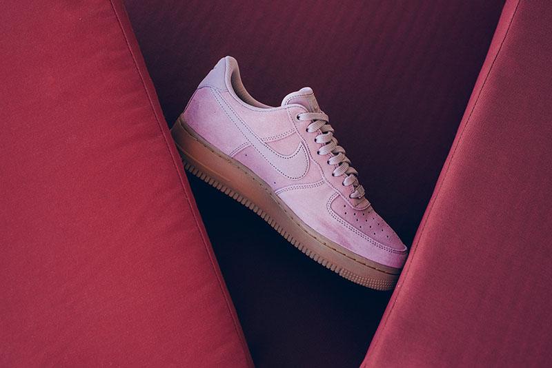 "Nike,Air Force 1,AA1117-600  粉色麂皮!Air Force 1 07 LV8 ""Pink"" 迎来男款新品发售"