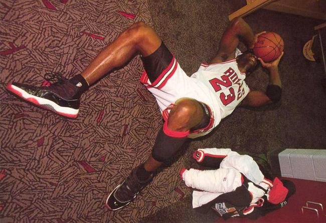aj11,,年,是,传奇,的,一年,不仅,乔丹,带领, 378037-623 AJ11 今年最喜庆的球鞋,背后却是 MJ 的艰辛历程和抱头痛哭!