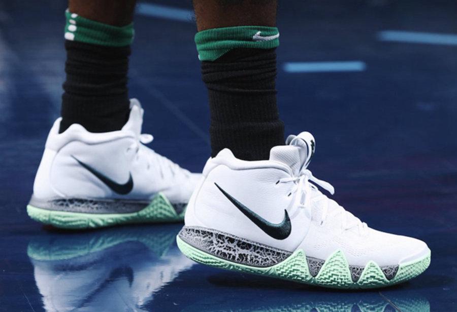 Kyrie 4,Nike  欧文上脚两款 Kyrie 4 全新配色,随后直接送给了场边的球迷!