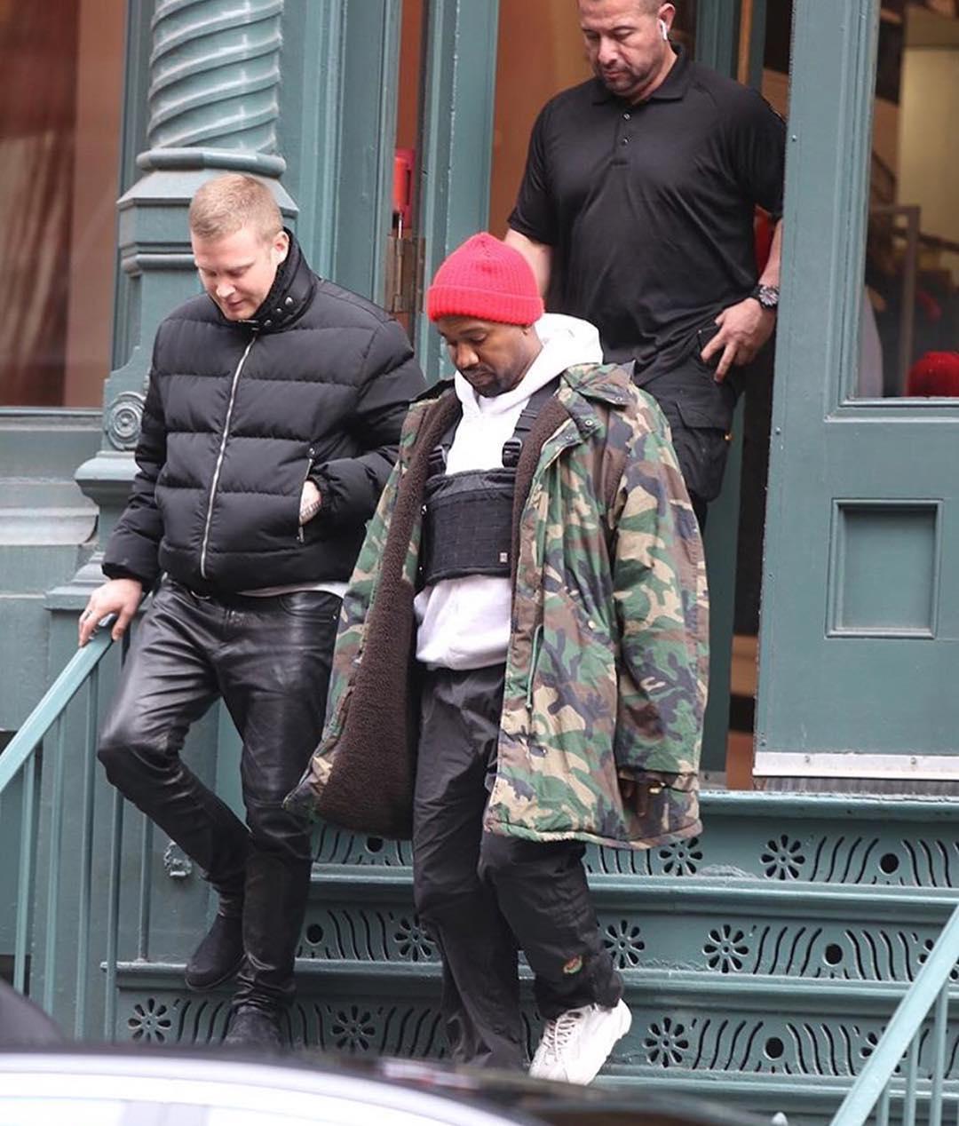 Yeezy 700,Yeezy  侃爷上脚 Yeezy 新鞋,他最近都格外青睐这样的穿搭…