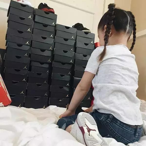 玩鞋,不分,年龄,年仅,四岁,就有,几十,双,球鞋,  玩鞋不分年龄!年仅四岁,就有几十双球鞋是什么感受!