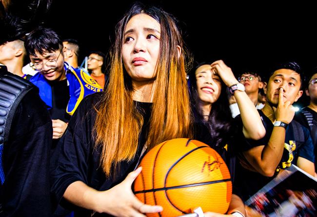 她,因为,一颗,篮球,而,流泪,我却,一个,细节,  她因为一颗篮球而流泪!而我却因为一个细节被圈粉!