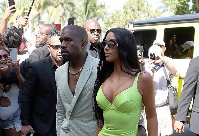 adidas,Yeezy,Kanye West,侃爷,明星  侃爷穿拖鞋配西服为 Yeezy 造势!下月开始迎来 Yeezy 发售热潮!