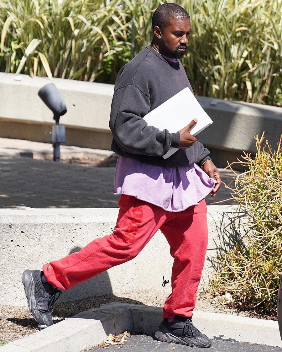 侃爷,Yeezy,adidas  Kanye 上脚神秘鞋款!造型怪的过分了!