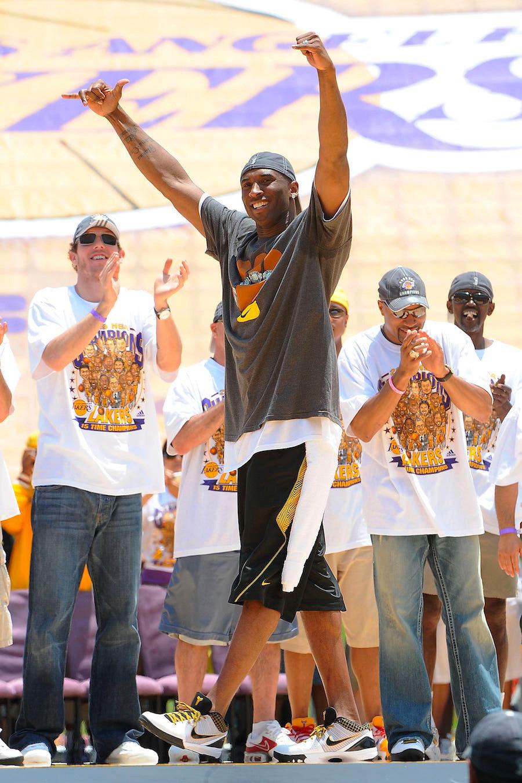 "Kobe 4,ZK4,Nike  科比亲着的经典配色回归!Kobe 4 Protro ""Del Sol"" 即将发售"