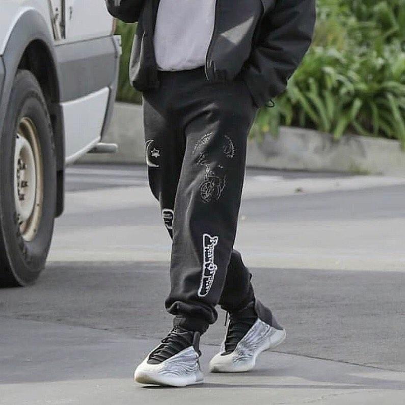 Yeezy,Kanye  Yeezy 官方晒照全新篮球鞋!最抢眼战靴真的要来了?!