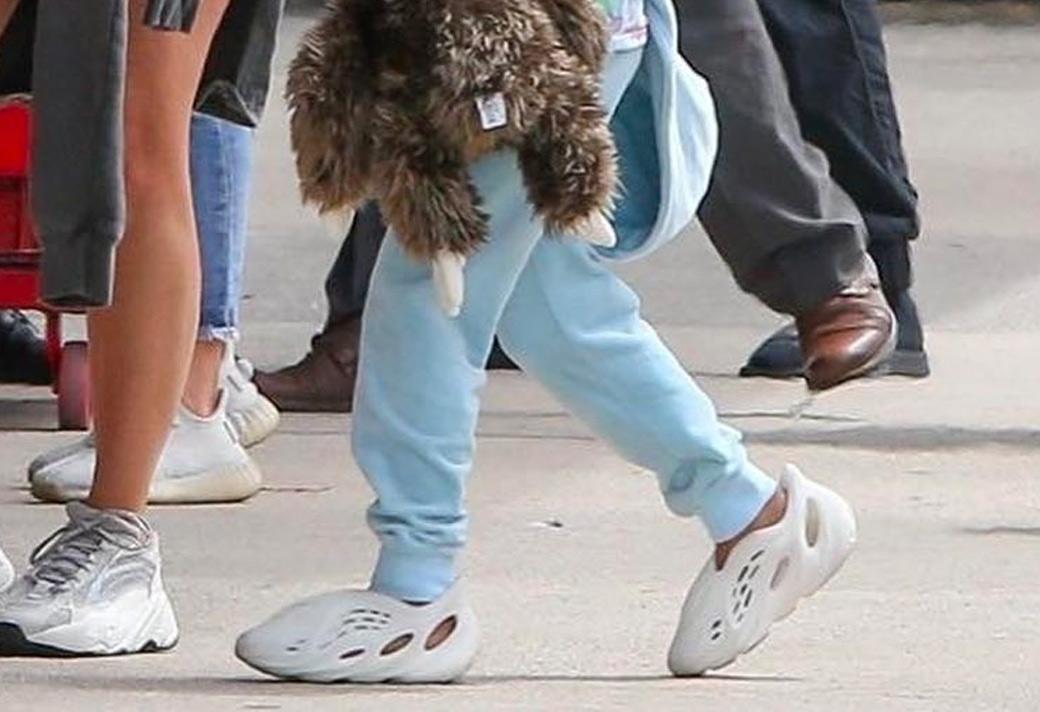 Yeezy,Yeezy 700 V2  侃爷女儿上脚!又一 Yeezy 新鞋型首次曝光!