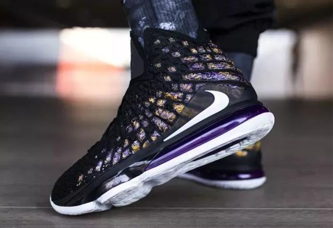 LeBron 17,Nike,发售,开箱,上脚  LeBron 17 抢先上脚体验!超大气垫,纤瘦小编都踩得动!
