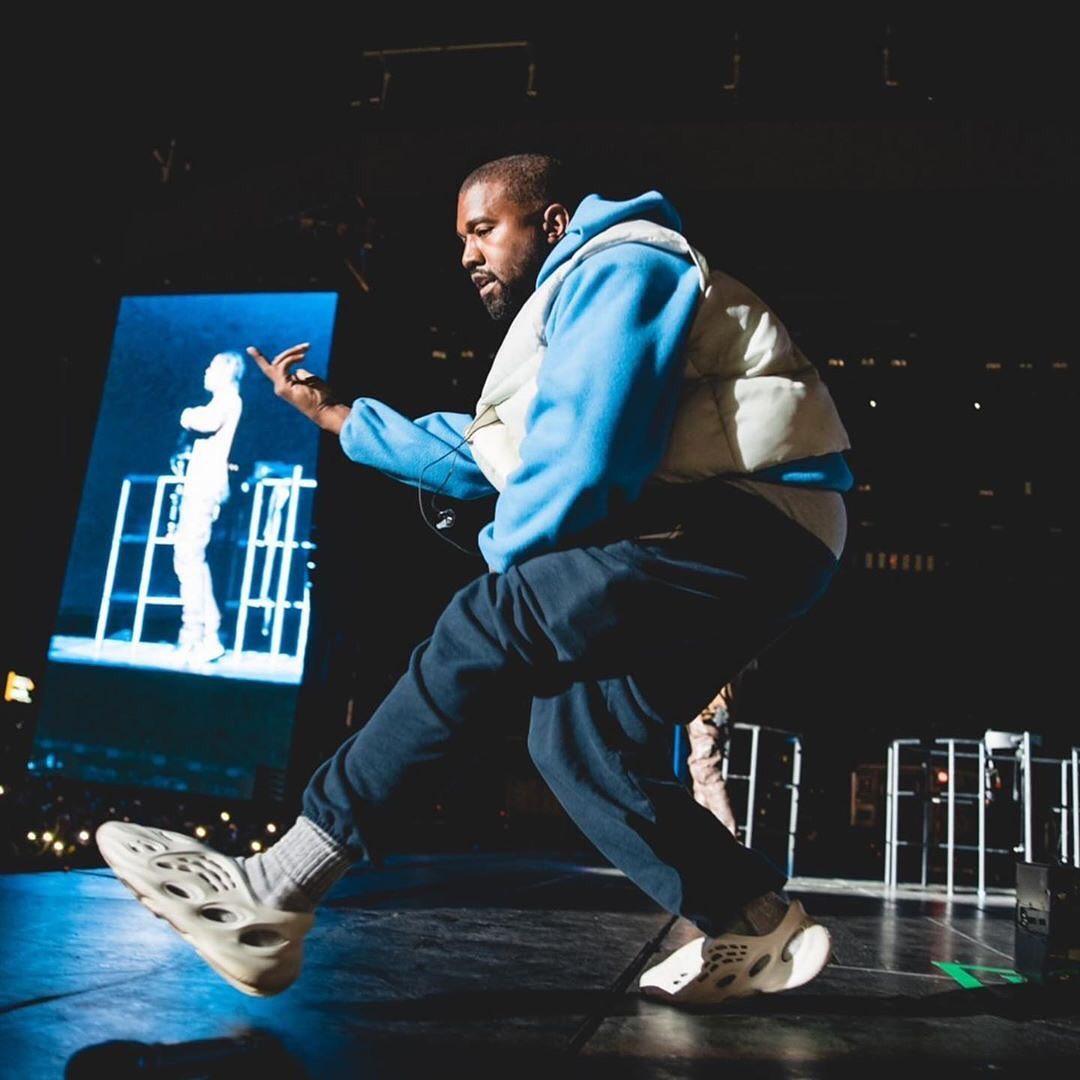 Travis Scott,Kanye West,Yeezy, 现身 Travis Scott 演出的侃爷,居然穿了...