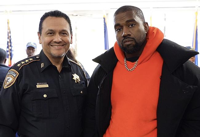 Kanye West,adidas,Yeezy,明星,上脚  侃爷前往监狱慰问表演!再度上脚 Yeezy 新鞋,穿搭更是讲究!