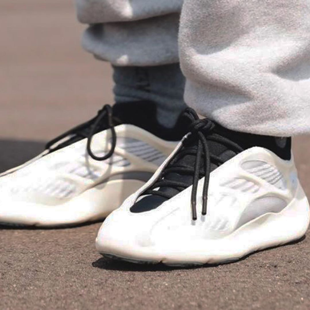 Yeezy 700 V3,adidas,明星,上脚,发售  Yeezy 700 V3 本月超限量首发!价格更亲民,还有超炫夜光!