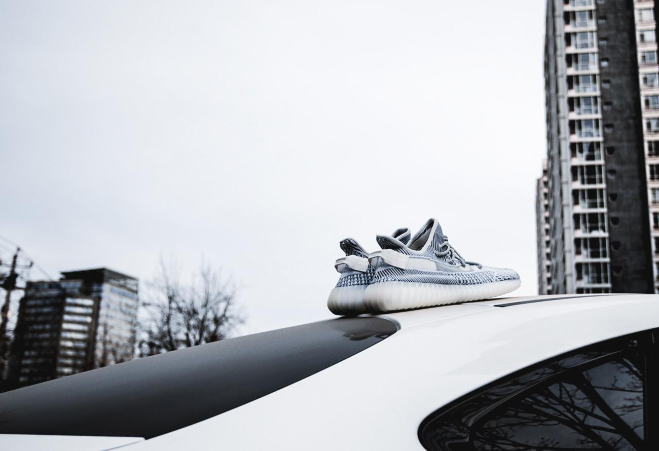 adidas,Yeezy 350 V2,发售 黑天使暴跌 2K、满天星不再天价!Yeezy「最佳入手时机」到了!