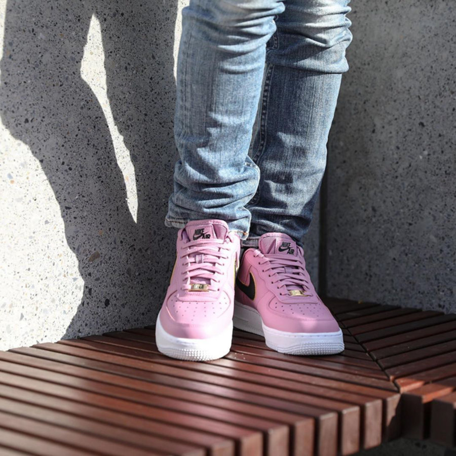Nike,Air Force 1 Low WMNS,AO21  白粉配色點綴黑金 Swoosh!這雙 Air Force 1 新配色你打幾分?