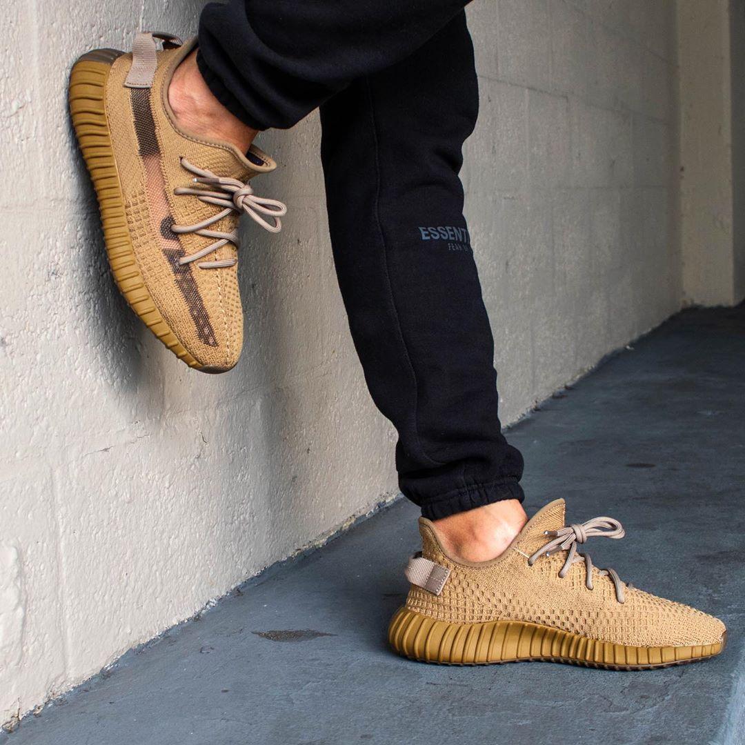 adidas,Yeezy 350 V2,FX9033,发售  黄金侧透 Yeezy 350 V2 上脚首次曝光!光脚穿实在有点丑...