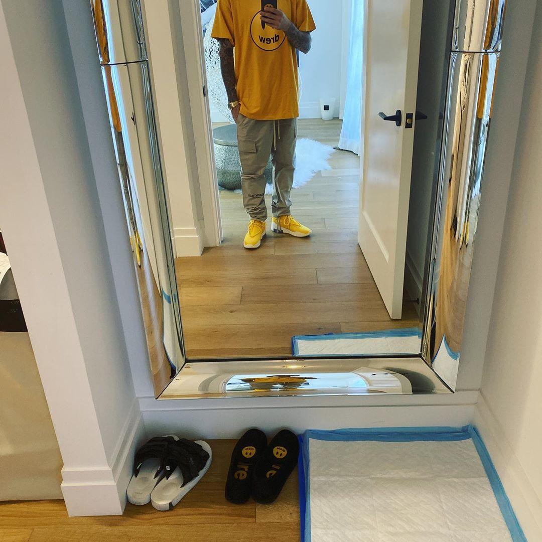 不穿,侃爷,送,的,Yeezy,他,竟然,选择,「,酒店,  不穿侃爷送的 Yeezy,他竟然选择「酒店拖鞋」?! 不愧是碧梨男神...