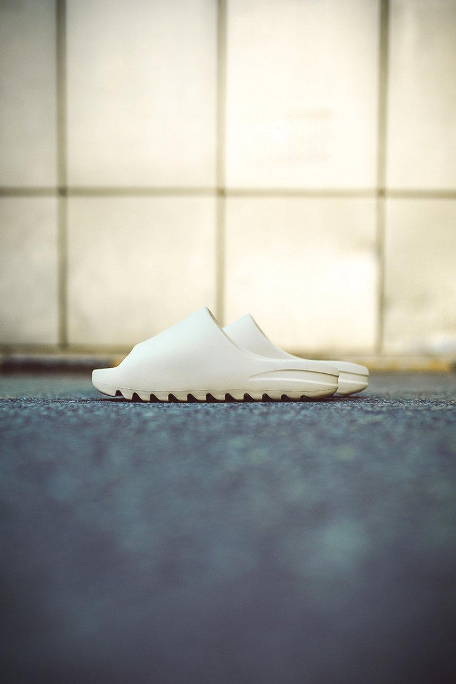 Yeezy Slide  Yeezy 拖鞋市价竟能翻倍!值不值得买先看小编上脚!