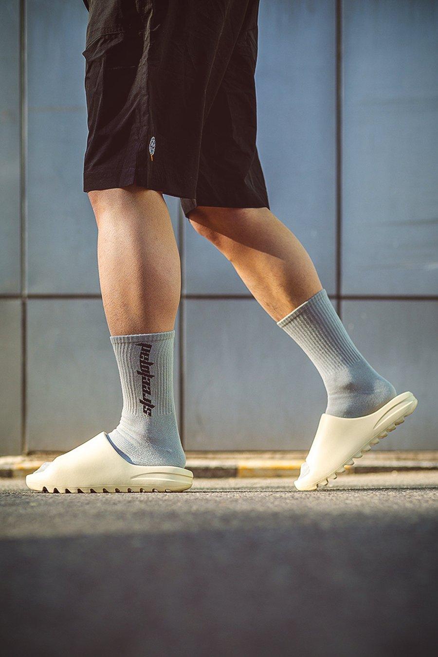 双,Yeezy,的,钱能买,双态,极,今夏,拖鞋,推荐,  今天这期「拖鞋推荐」每一双都让人心动!最低只要 ¥69