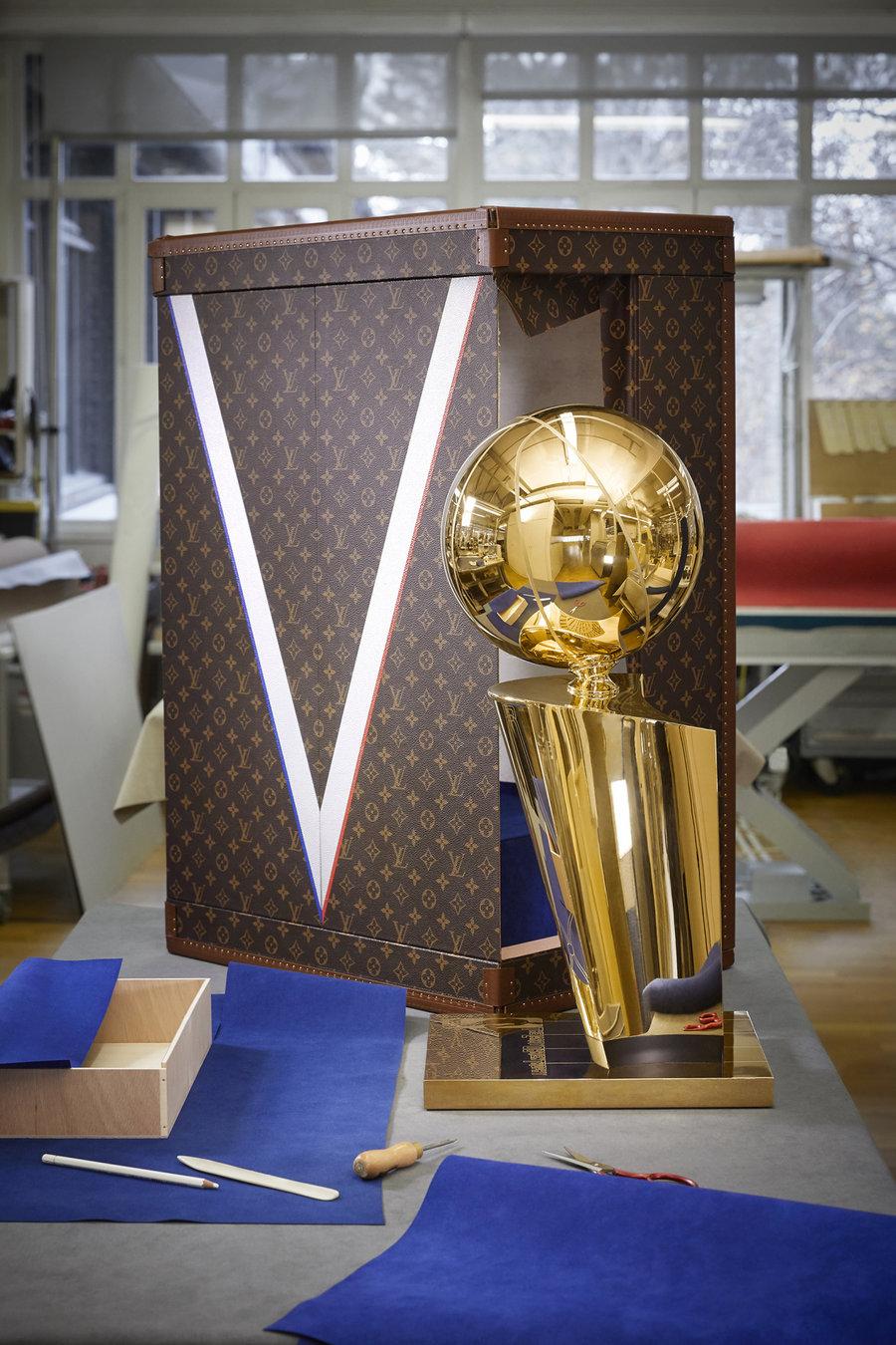 Louis Vuitton,NBA  LV 与 NBA 联名合作!奢华满钻项链曝光,还有总冠军奖杯箱!