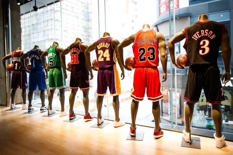 NBA  全球最大 NBA 旗舰店落户广州!球星卡组成的卡墙你见过吗?