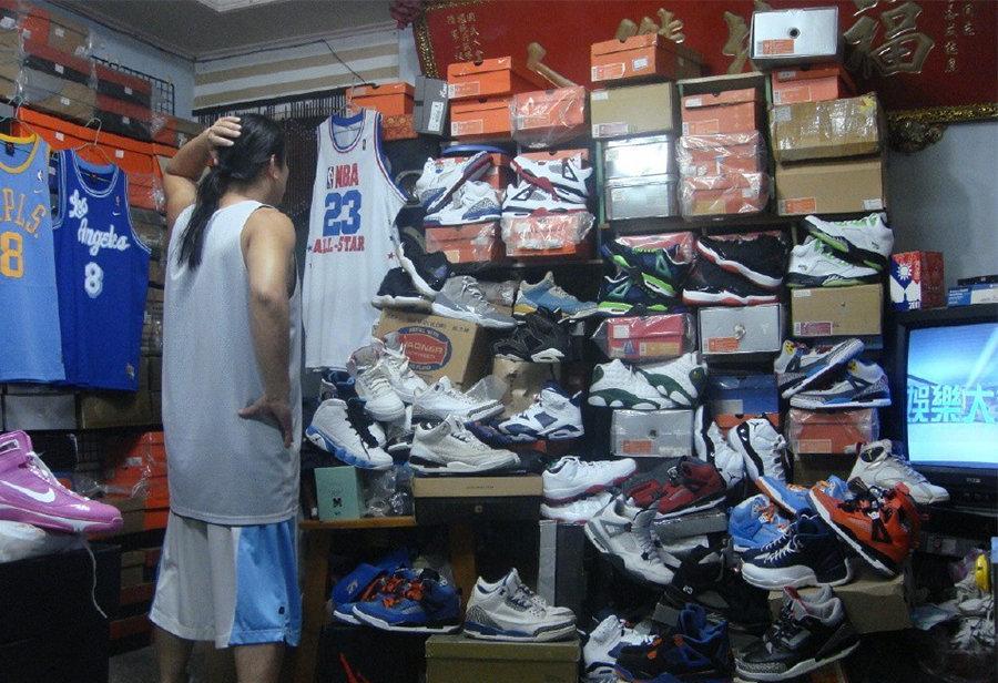 """左述,Nike,Air Jordan,不要玩鞋,神秘大佬  """"穷"""" 得只剩鞋!为放上千双稀有球鞋,神秘大神家中只剩电视、板凳!"""