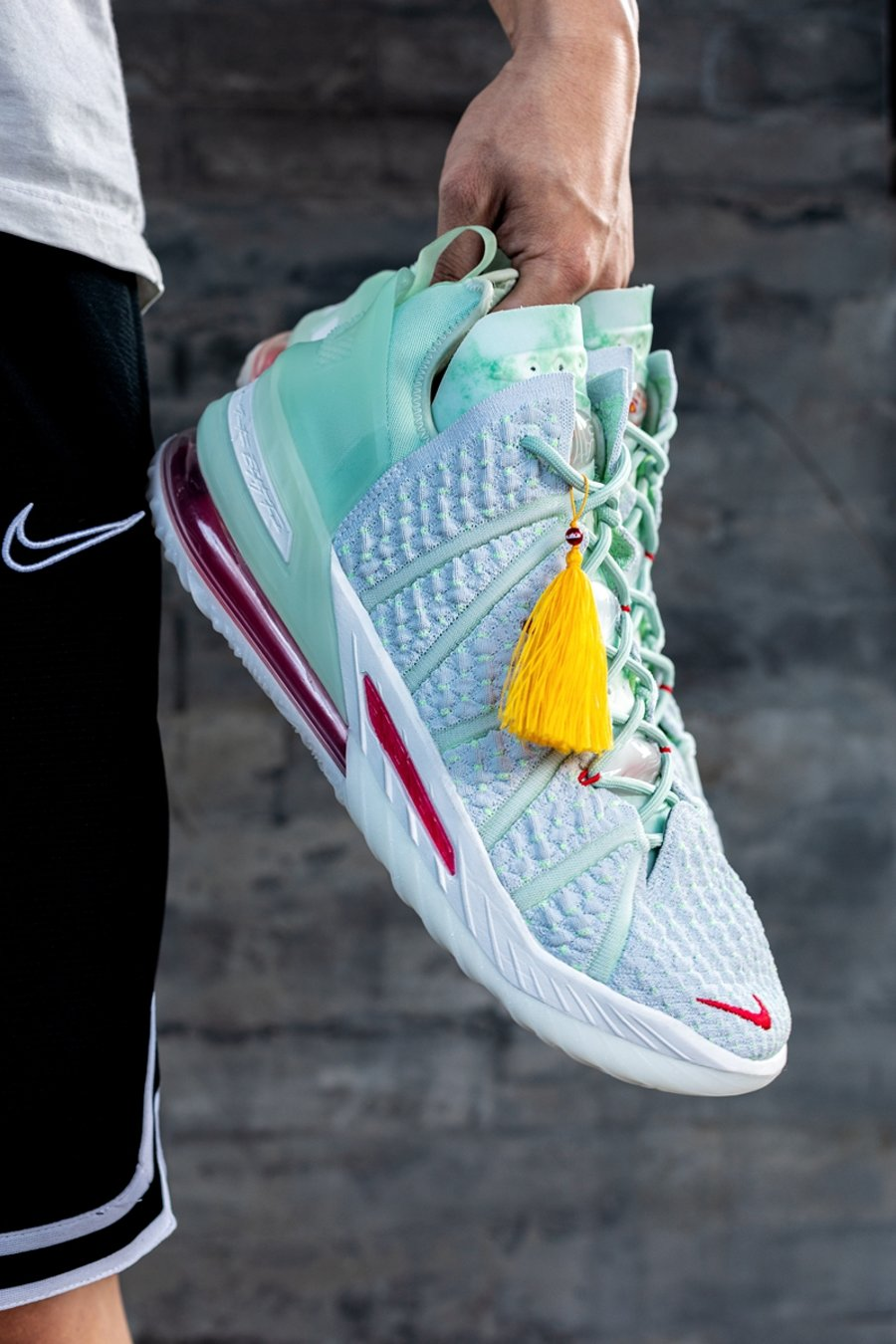 Nike,LeBron 18,发售  限量 600 套!紫禁重器 LeBron 18 双屉礼盒今晚发售