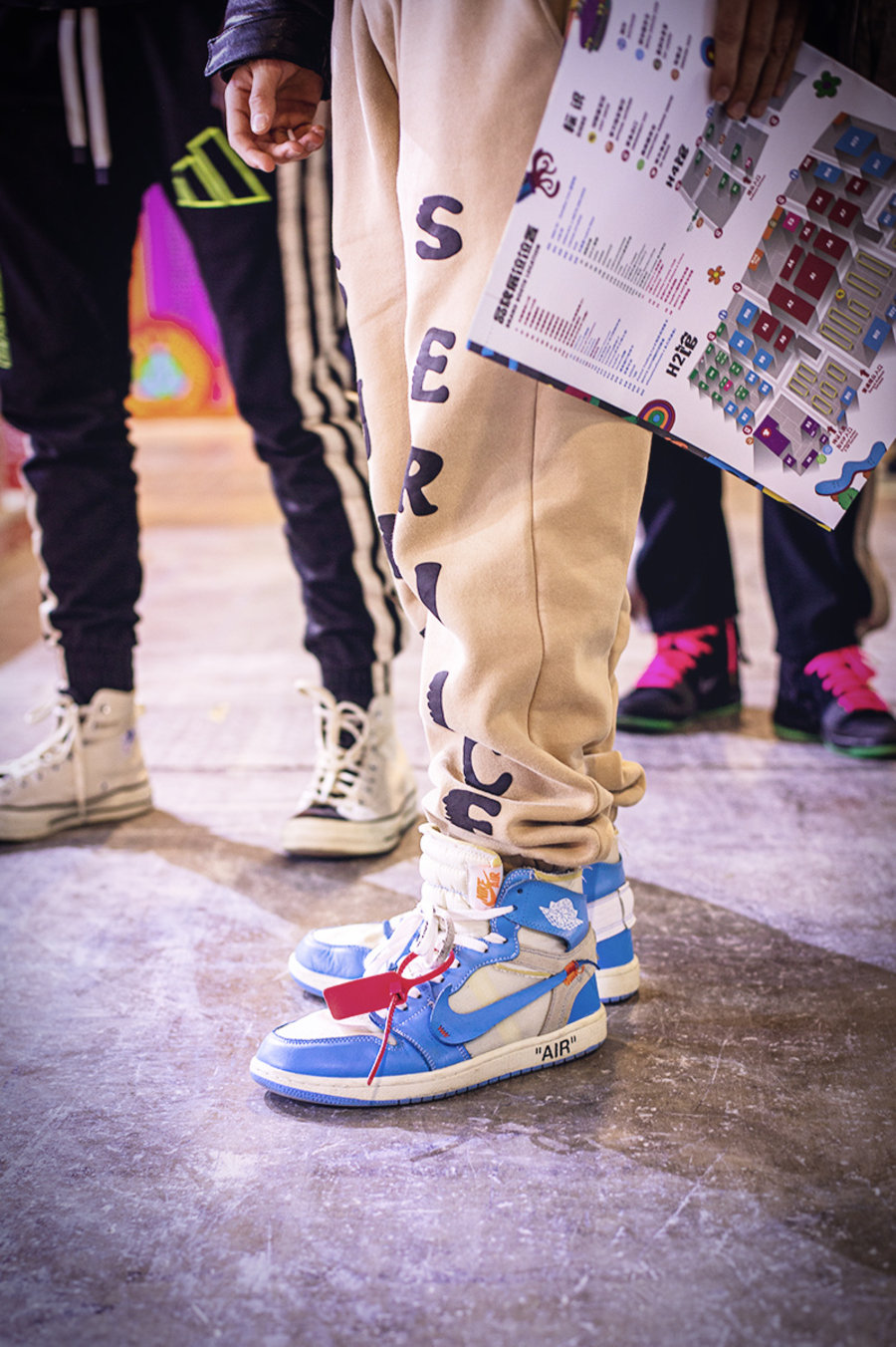 带你,逛,「,万人,鞋展,」,遍地,都是,小,姐姐,  「万人鞋展」遍地小姐姐!冬天光腿穿球鞋,这你受得了吗?!