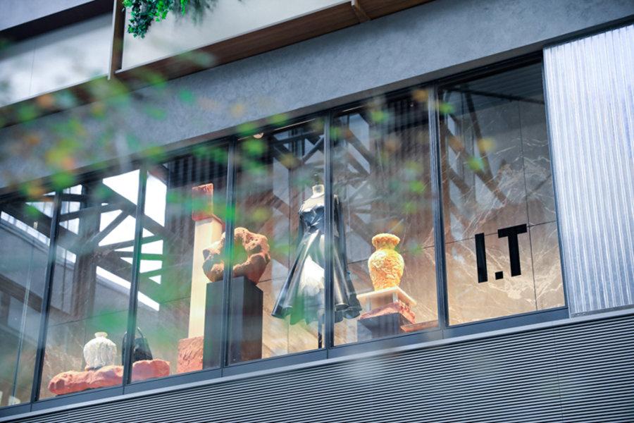 I.T,新天地旗舰店,BAPE  国内惊现 4.5 米 BAPE® 鲨鱼!大牌云集的潮流圣地再+1!