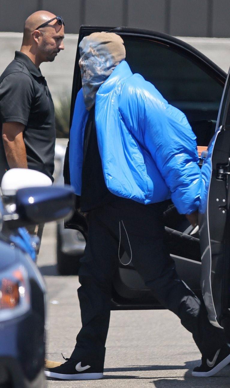 GAP,侃爷,Yeezy,Nike  新棉袄 + 新面罩!侃爷「高温」带货!上脚 Nike 袜子太骚了!