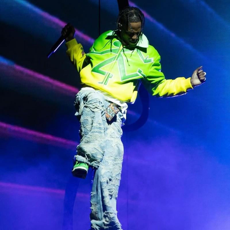 Travis Scott,Air Jordan 4,Mani  傻眼!TS 演唱会上脚「限量 150 双」的稀有 AJ4!壕无人性!
