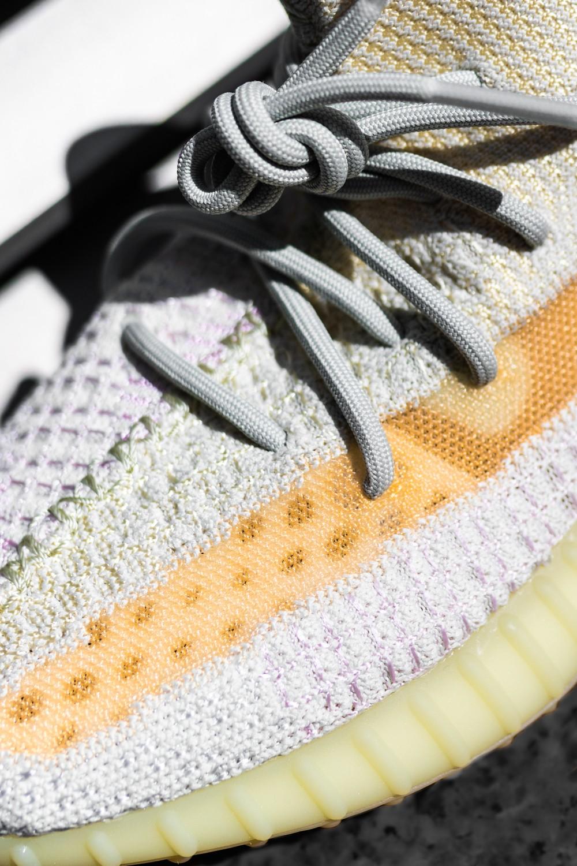 上脚,开箱,发售,adidas,Yeezy 350 V2  纯白秒变糖果色!首款变色 Yeezy 350 好看又好玩!登记最后一天!