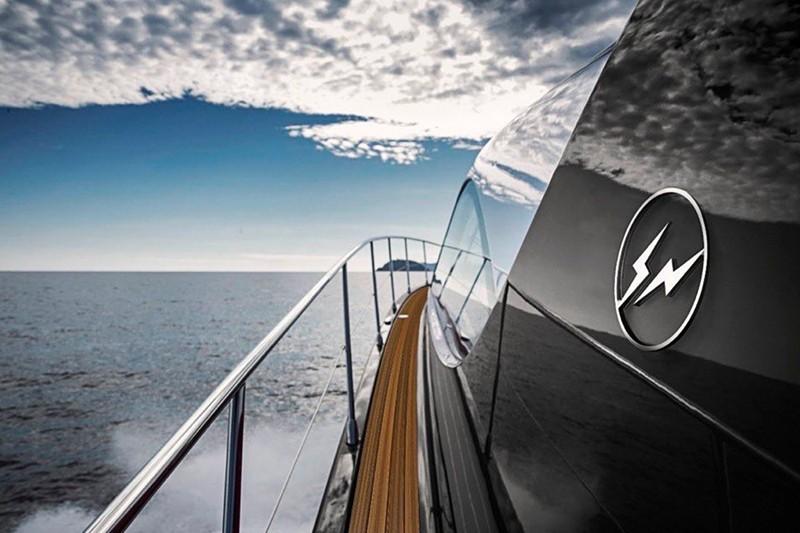 游艇,Louis Vuitton,Travis Scott,  GD、冠希眼中的「大 BOSS」!他的联名卖到上千万!却还有鞋友嫌弃他...