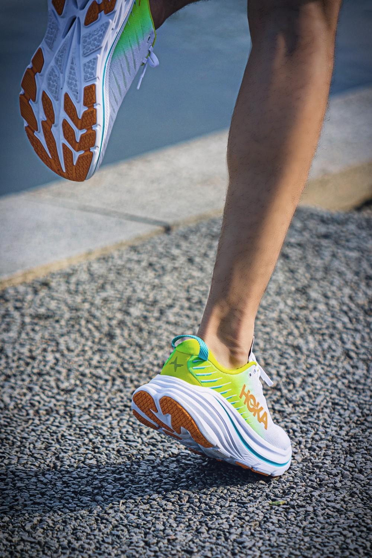 HOKA ONE ONE,Bondi X  无数人最爱的「压马路神鞋」装上了碳板!它一开挂,鞋圈规则将被改写!