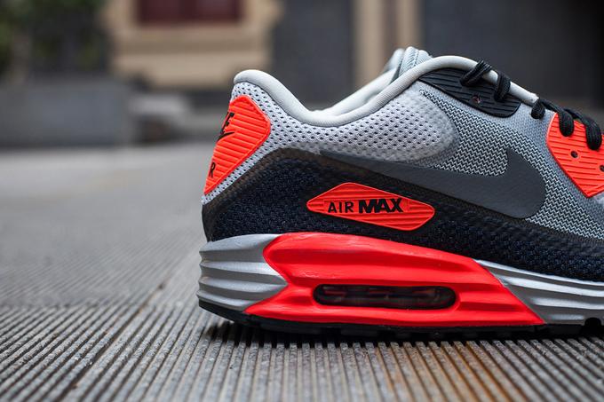 全新的 Nike Air Max Lunar90 在昨日正式发布,鞋款融合了经典的 Air Max 可视性气垫技术与缓震效果极佳的 Lunar 两大科技,此番小编为大家带来首款配色的最新图赏。这款 Infrared 采用了经典的白黑红三色构成,鞋身采用了灰黑两色的 Fuse 鞋身打造,并采用无缝线技术,以此来提高鞋款的透气性,并大大减低了鞋身的重量。然后再以红色于各个细节位置加以点缀,全新的大底也为鞋款提供了极佳的缓震效果以及反馈。据悉,首款配色现已在 Nike 官网发售,更多不同配色将于明年1月陆续到来
