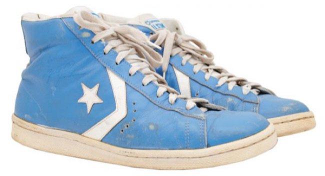 Michael,Jordan北卡大学亲着  乔丹亲着北卡蓝 Converse 球鞋拍卖售出